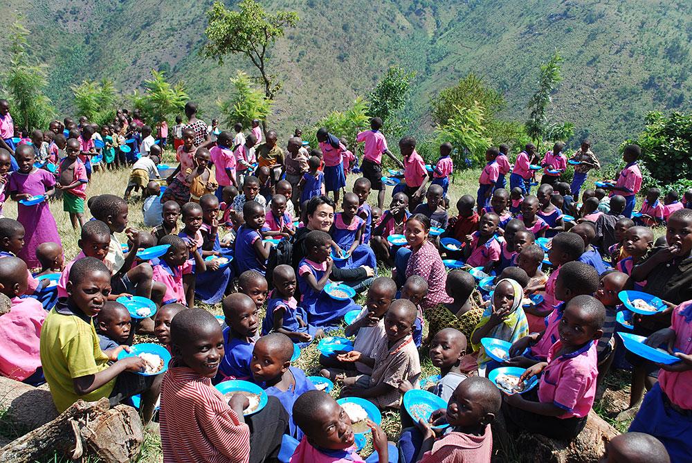 ウガンダ みんなで外で給食の時間