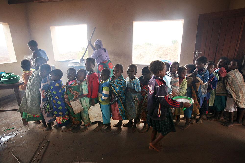 マラウィの小学校での給食配膳
