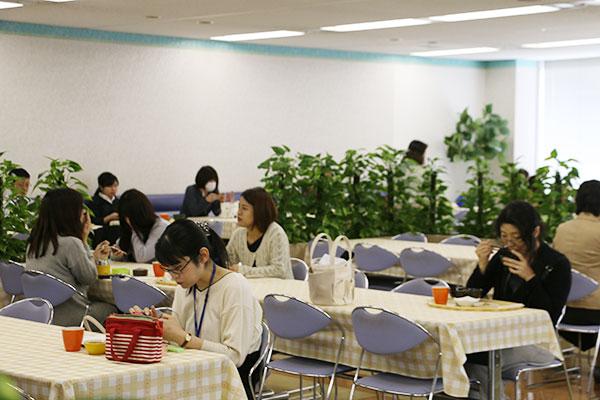 女性社員の多い本社ビルの社員食堂