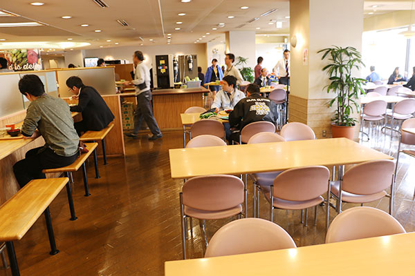 男性社員の多い東館の社員食堂